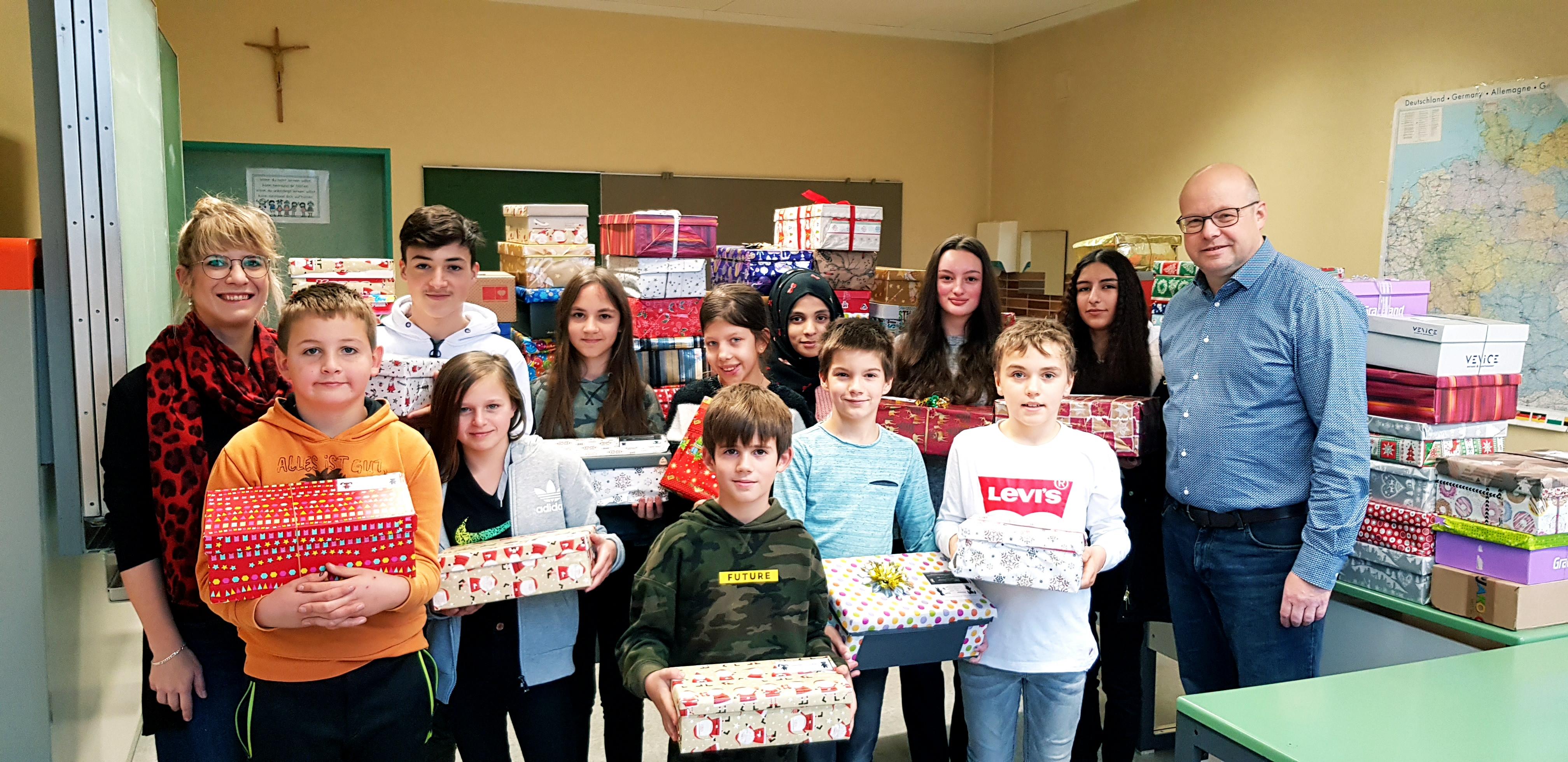"""Weiß-Ferdl-Mittelschule Altötting beteiligt sich zum wiederholten Male an """"Geschenk mit Herz"""""""