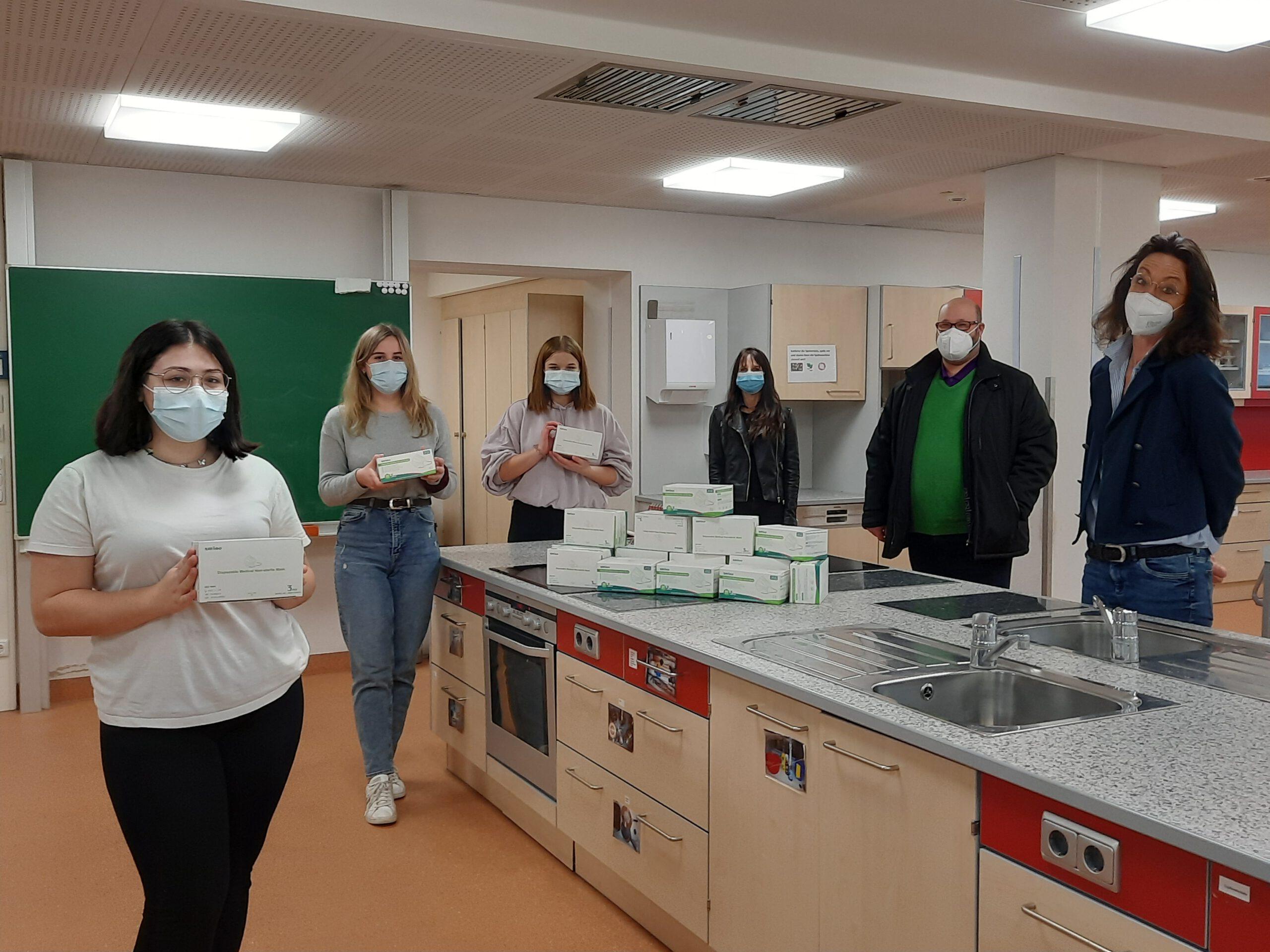 6000 OP-Masken für die Weiß-Ferdl-Mittelschüler – dank der großzügigen Spende des Fördervereins