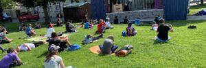 Münchner Theater für Kinder begeistert Kinder der Weiß-Ferdl-Mittelschule auf dem Kapellplatz